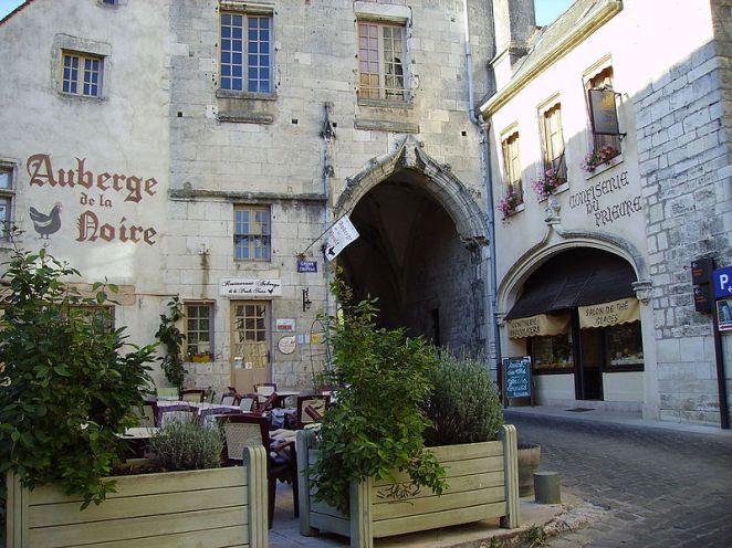 La_Charité-sur-Loire_Cours_du_château.jpg
